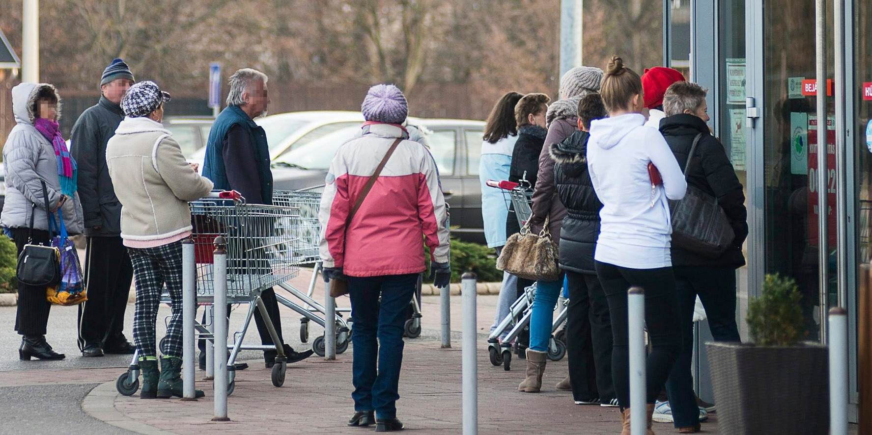 Nyíregyháza, 2014. december 7. A nyitásra váró vásárlók egy szupermarket bejárata előtt Nyíregyházán, a Korányi Frigyes úton 2014. december 7-én. Több ponton is változtatna két fideszes módosító indítvány az üzletek vasárnapi nyitva tartását korlátozó KDNP-s törvényjavaslaton. MTI Fotó: Balázs Attila