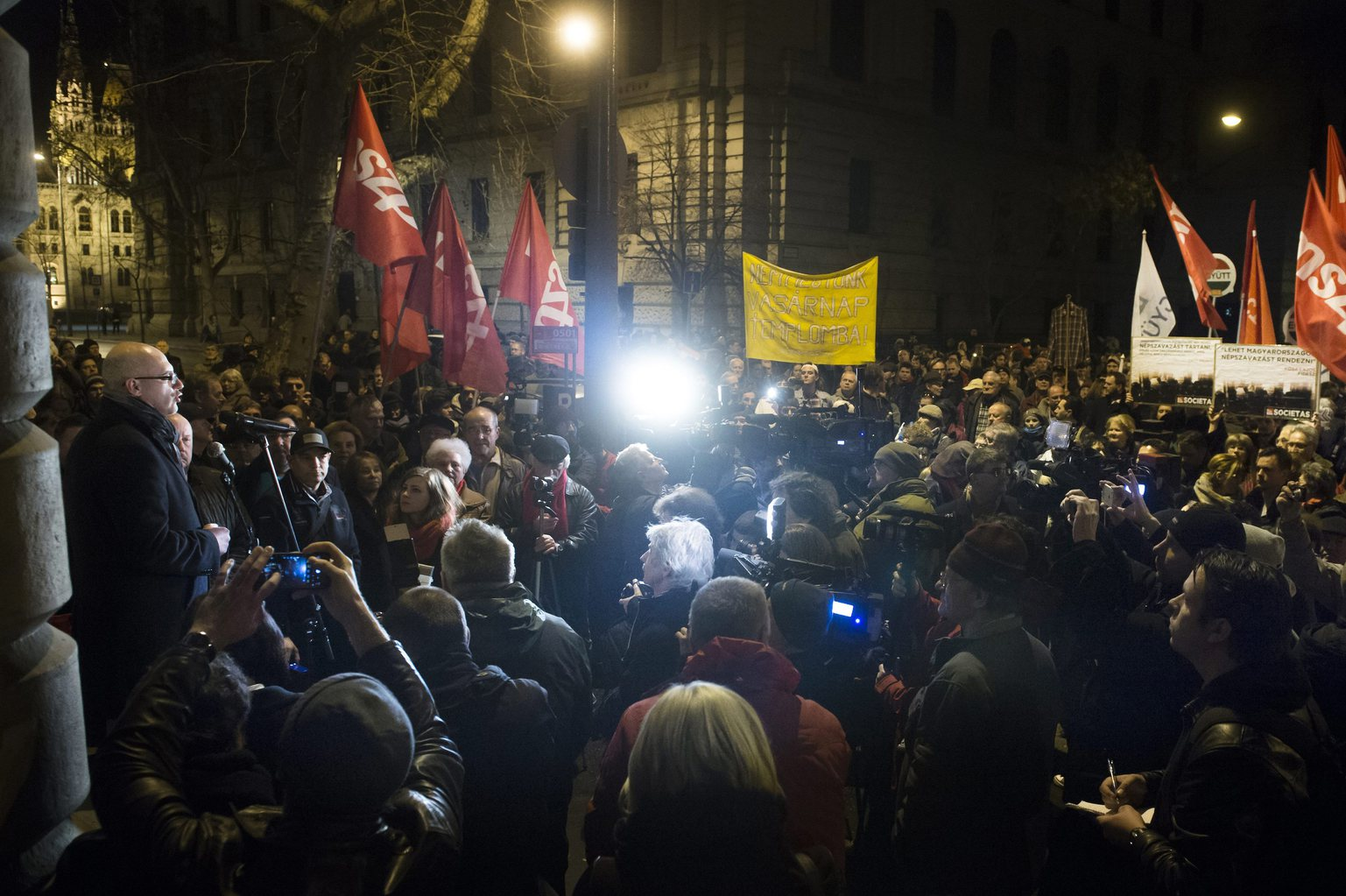 Tóbiás József, az MSZP elnöke (b) beszél a Nemzeti Választási Iroda (NVI) épülete előtti tüntetésen Budapesten 2016. február 23-án. Ezen a napon egy magánszemély megelőzte az MSZP-t a vasárnapi boltzárvatartás eltörléséről szóló népszavazási kérdésük leadásakor. MTI Fotó: Koszticsák Szilárd