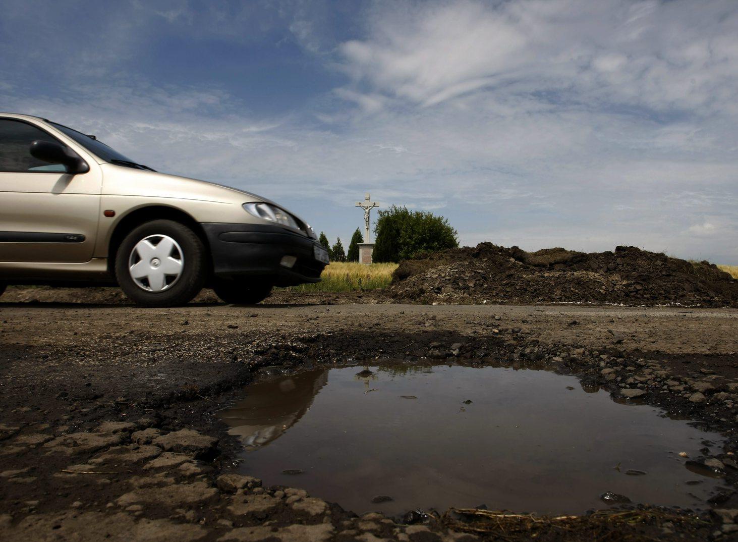 Kátyú az úton. MTI Fotó: Bugány János