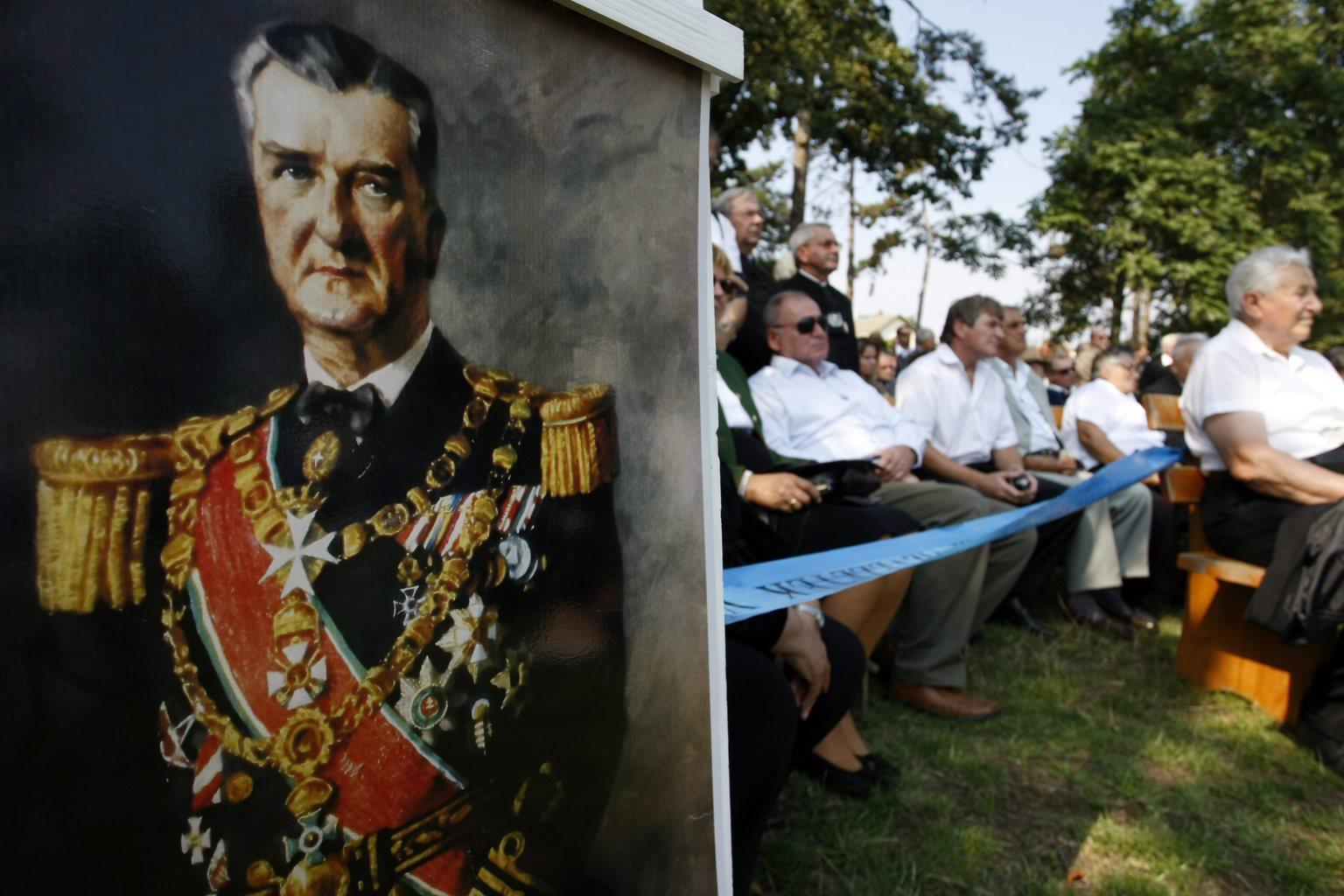 Kenderes, 2013. szeptember 1. Horthy Miklós portréja az egykori kormányzó magyarországi újratemetésének 20. évfordulója alkalmából tartott megemlékezésen Kenderesen, a Horthy-ligetben, 2013. szeptember 1-jén. MTI Fotó: Bugány János