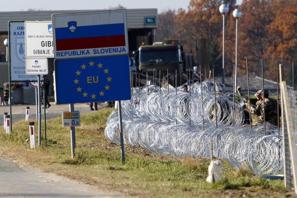 Gibina, 2015. november 11. Szlovén katonák pengésdrótból építenek kerítést a szlovéniai Gibina (Murafüred) és a horvátországi Cestijanec (Hétház) közötti határátkelőnél 2015. november 11-én. A kerítést az illegális bevándorlók ellenőrizetlen belépésének megakadályozására szánják. MTI Fotó: Varga György