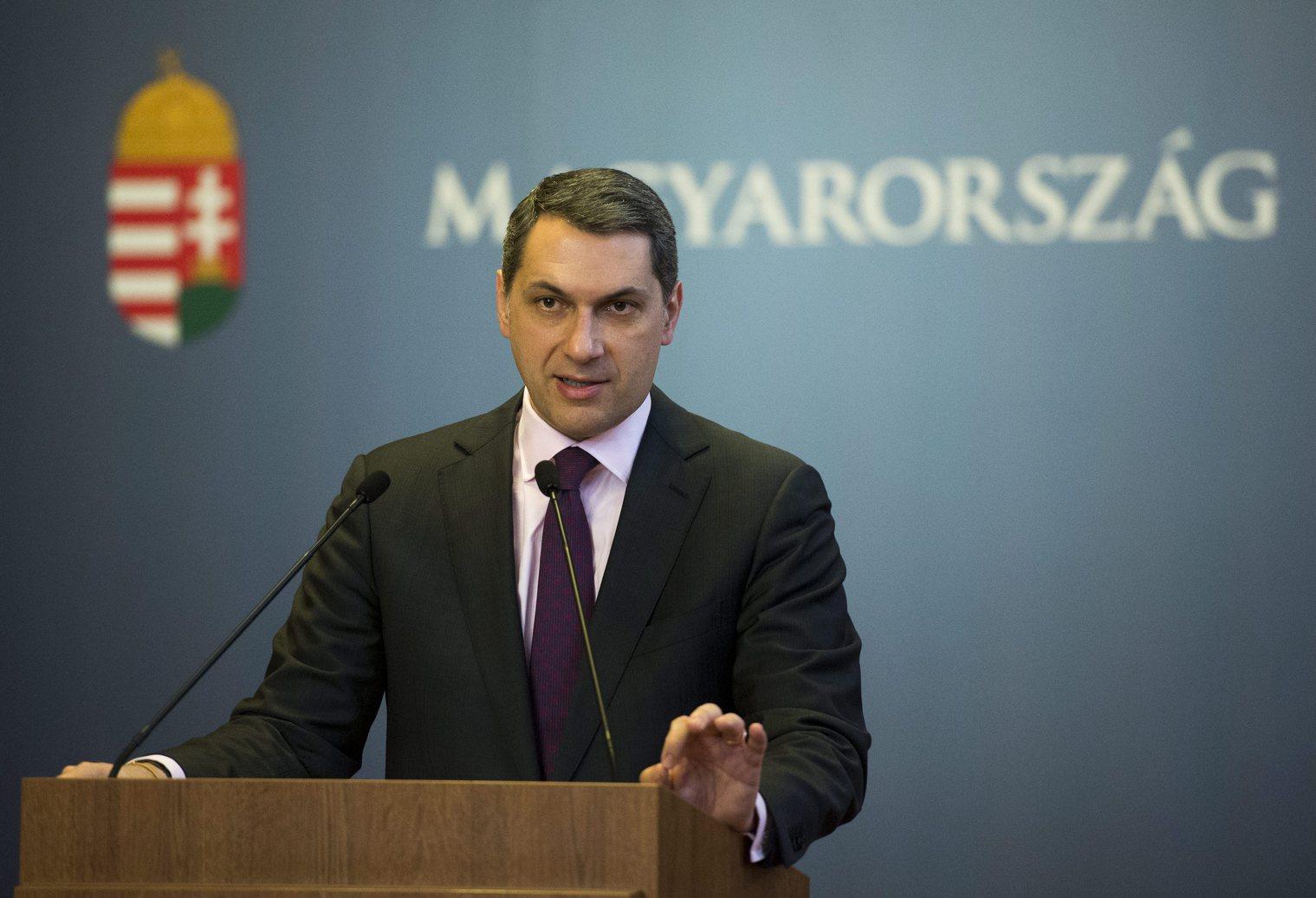 Lázár János, a Miniszterelnökséget vezető miniszter sajtótájékoztatót tart KORMÁNYINFO 40 - mit, miért tesz a kormány? címmel az Országházban 2016. február 18-án. MTI Fotó: Illyés Tibor