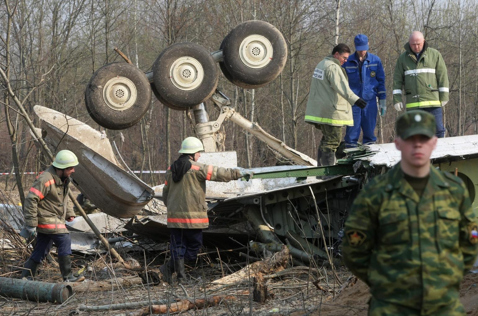 A lengyel elnök szerencsétlenül járt gépének roncsának elszállítására készülnek a rendkívüli helyzetek minisztériumának dolgozói 2010. április 14-én, négy nappal az után, hogy leszállás közben lezuhant a Lech Kaczynski államfőt szállító repülőgép a szmolenszki repülőtér közelében. A Tu-154-es fedélzetén az államfővel és a feleségével együtt 96 ember - köztük az állami szféra és a hadsereg több vezető személyisége - tartózkodott, és senki sem élte túl közülük a katasztrófát. (MTI/EPA/Szergej Csirikov)