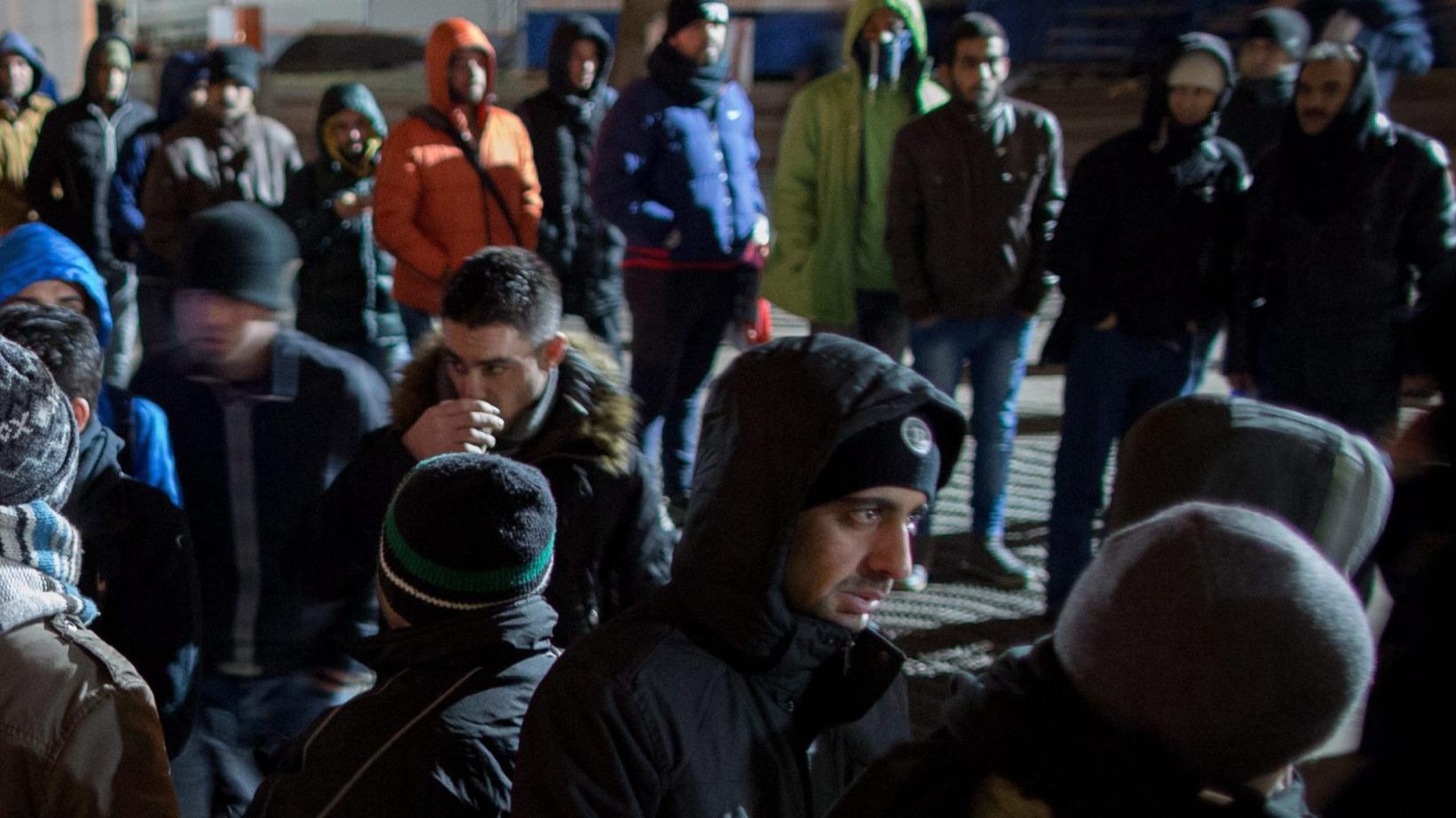Berlin, 2016. február 16. Migránsok várakoznak regisztrációra és szociális segélyre az egészségügyért és szociális ügyekért felelős tartományi hivatal (LaGeSo) előtt Berlinben 2016. február 16-án reggel. (MTI/EPA/Kay Nietfeld)