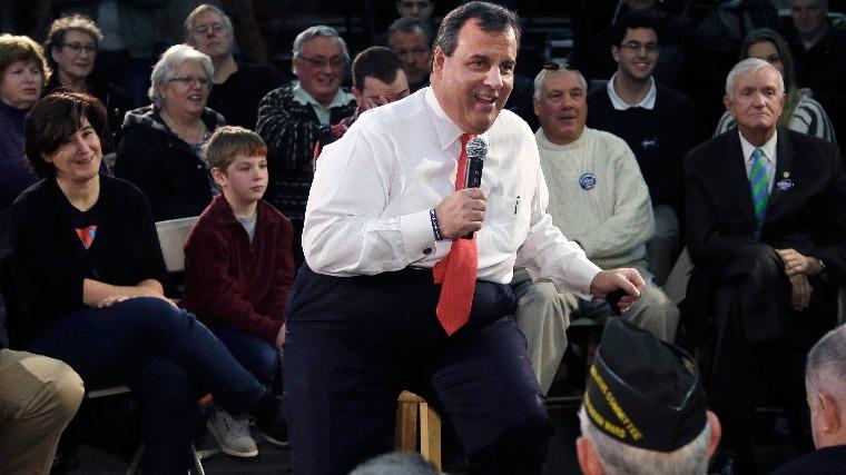 Chris Christie New Jersey-i kormányzó egy kampányrendezvényen beszél a New Hampshire állambeli Hudsonban 2016. február 8-án, egy nappal az államban kezdődő hivatalos jelölőgyűlés előtt. Fotó: MTI/AP/Elise Amendola