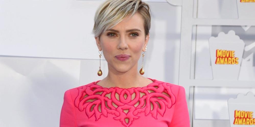 Scarlett Johansson dekoltált ruhája volt az Emmy-gála legszebbje