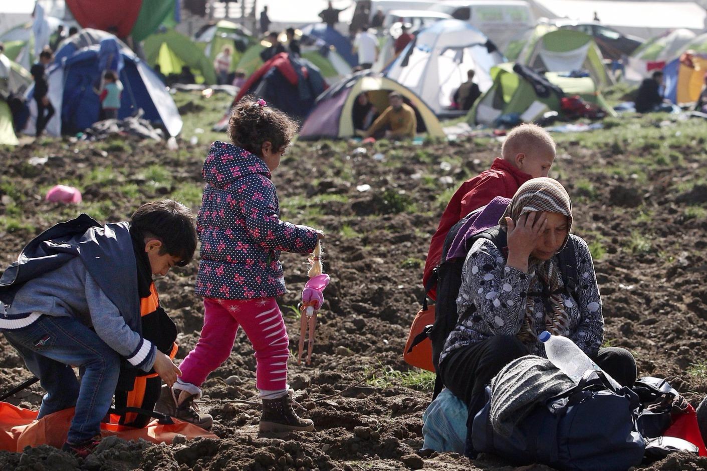Idomeni melleti földeken migránsok. MTI/EPA Fotó