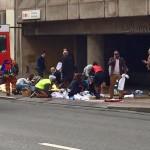 Belga mentők sérülteket látnak el a brüsszeli metróban történt robbanást követően Mallbeek állomásnál 2016. március 22-én az uniós negyed szívében, néhány méterre  a Gare de Bruxelles-Schuman vonatállomástól azt követően, hogy kettős robbanás történt a brüsszeli Zaventem nemzetközi repülőtéren is korábban (Fotó: MTI/EPA/Francesco Calledda)