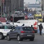 Belga rendőrök és mentők a brüsszeli metróban történt robbanást követően Mallbeek állomásnál 2016. március 22-én az uniós negyed szívében, néhány méterre  a Gare de Bruxelles-Schuman vonatállomástól azt követően, hogy kettős robbanás történt a brüsszeli Zaventem nemzetközi repülőtéren is korábban (Fotó: MTI/EPA/Oliver Hoslet)