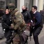 Belga rendőrök és katonák mentik a sérülteket a brüsszeli metróban történt robbanást követően Mallbeek állomásnál 2016. március 22-én az uniós negyed szívében, néhány méterre  a Gare de Bruxelles-Schuman vonatállomástól azt követően, hogy kettős robbanás történt a brüsszeli Zaventem nemzetközi repülőtéren is korábban (Fotó: MTI/EPA/STR)