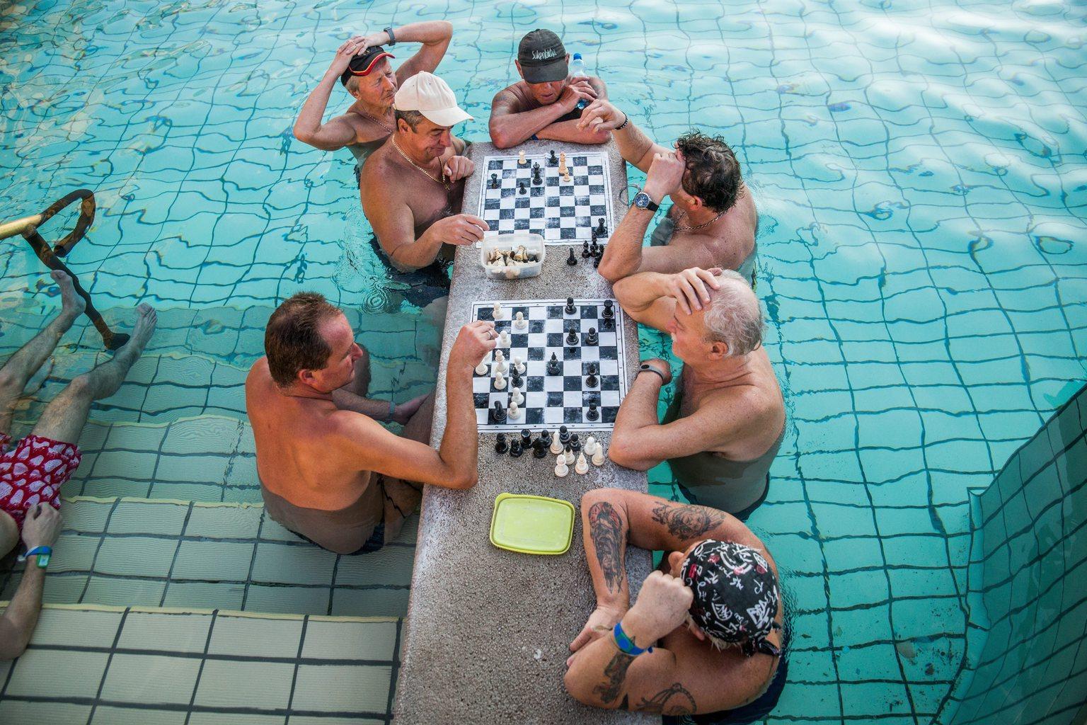 Látogatók sakkoznak a Széchenyi Gyógyfürdő és Uszoda medencéjében 2016. március 21-én. Az ENSZ 1992-ben nyilvánította március 22-ét a víz világnapjává, amelynek célja a környezet és ezen belül a Föld vízkészletének védelme. MTI Fotó: Balogh Zoltán