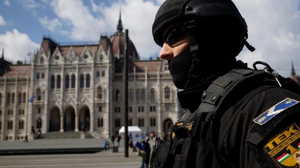 Budapest, 2016. március 22. A Terrorelhárítási Központ (TEK) munkatársa járőrözik a Parlament előtti Kossuth téren 2016. március 22-én, miután a reggeli brüsszeli robbantások nyomán Magyarországon ideiglenesen elrendelték a terrorkészültség kettes, magas fokozatát. MTI Fotó: Balogh Zoltán