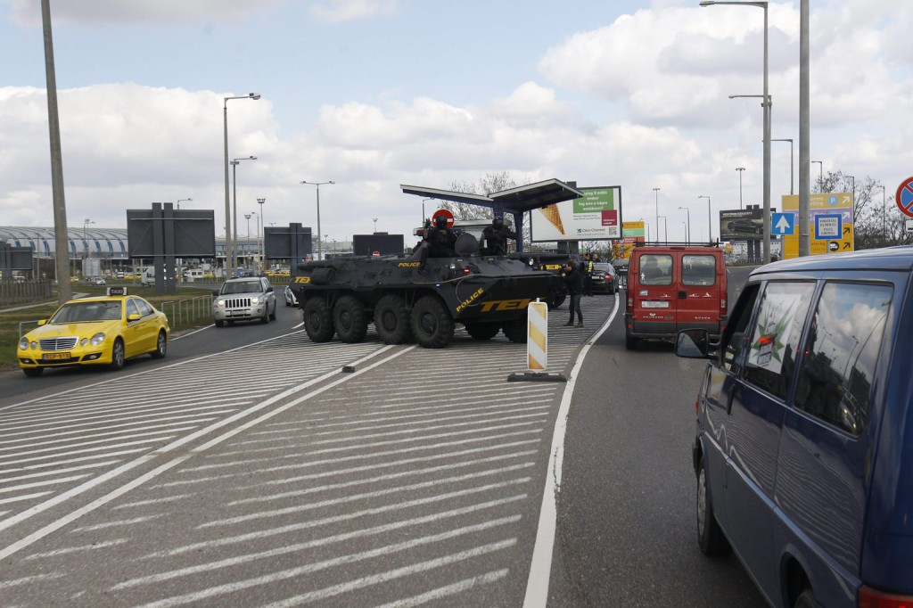A Terrorelhárítási Központ (TEK) páncélozott szállító harcjárművei a Liszt Ferenc-repülőtér parkolójánál 2016. március 22-én, miután a reggeli brüsszeli robbantások nyomán Magyarországon ideiglenesen elrendelték a terrorkészültség kettes, magas fokozatát. MTI Fotó: Szigetváry Zsolt