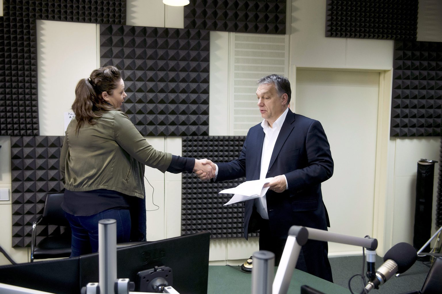 Orbán Viktor miniszterelnök kezet fog Kocsis Éva műsorvezetővel a Magyar Rádió stúdiójában, ahol a kormányfő interjút ad a Kossuth Rádió 180 perc című műsorában 2016. március 4-én. MTI Fotó: Koszticsák Szilárd