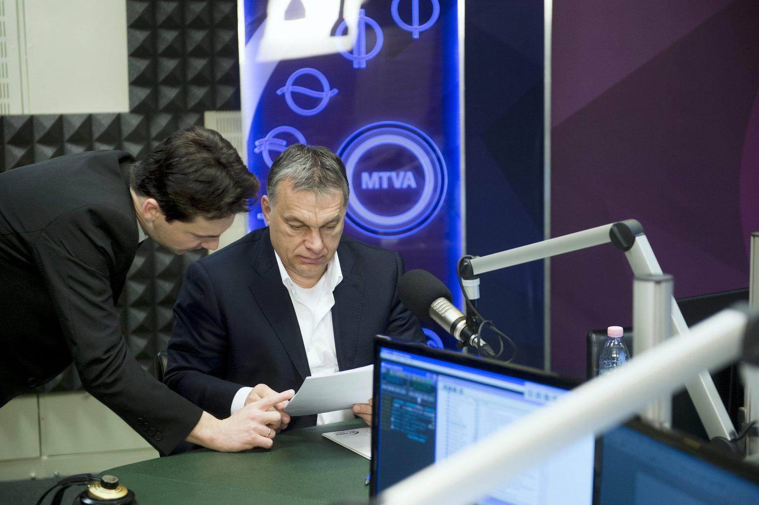 Orbán Viktor miniszterelnök (k) és Havasi Bertalan, a Miniszterelnöki Sajtóiroda vezetője a Magyar Rádió stúdiójában, ahol a kormányfő interjút ad a Kossuth Rádió 180 perc című műsorában 2016. március 4-én. MTI Fotó: Koszticsák Szilárd