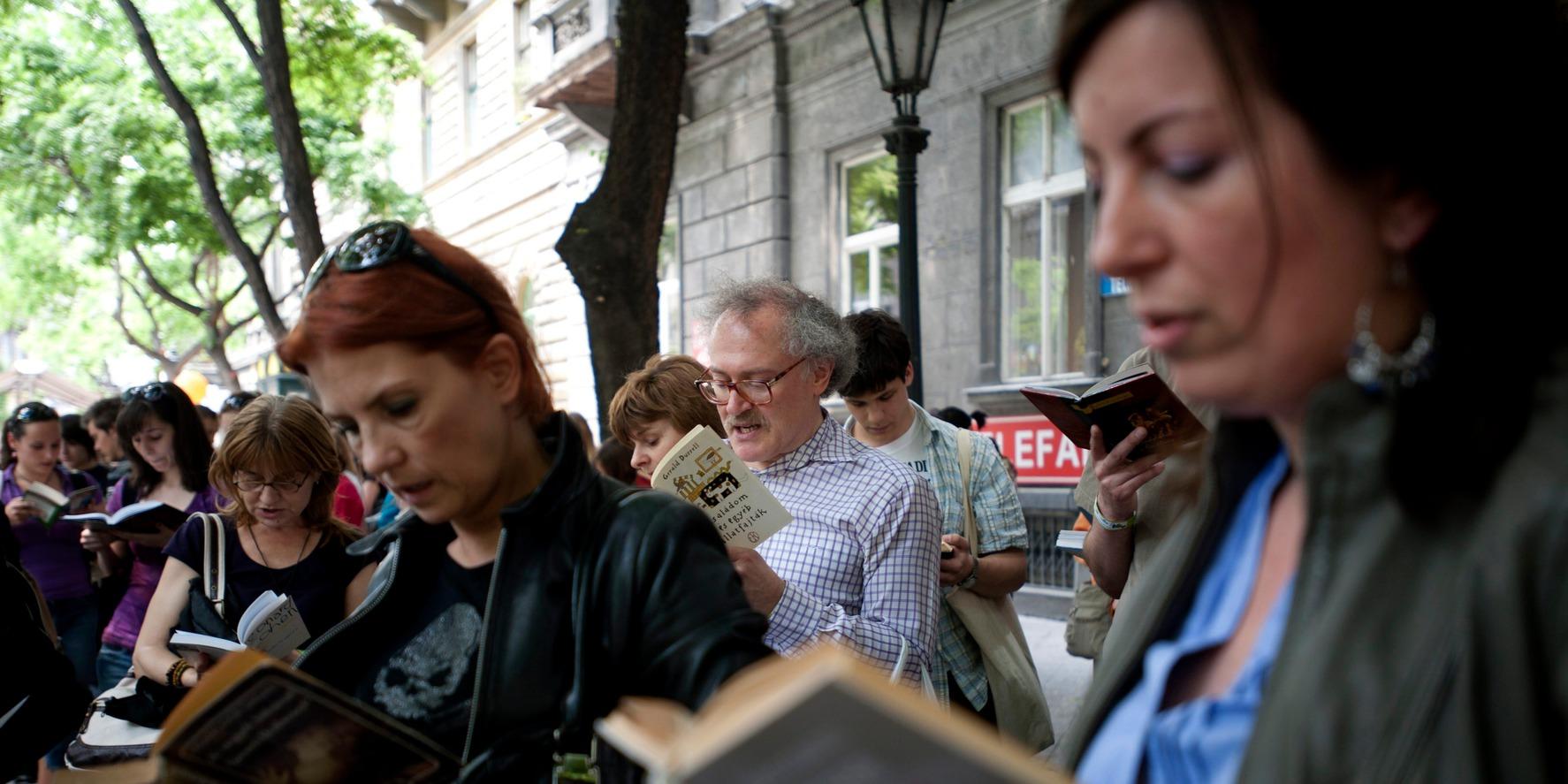 Budapest, 2011. május 13. Résztvevők együtt olvasnak a Fővárosi Szabó Ervin Könyvtár negyedórás rekordkísérletén a Reviczky utcában a könyvtár épülete előtti téren. A szervezők mintegy 500 együtt olvasót regisztráltak az eseményen. MTI Fotó: Kallos Bea