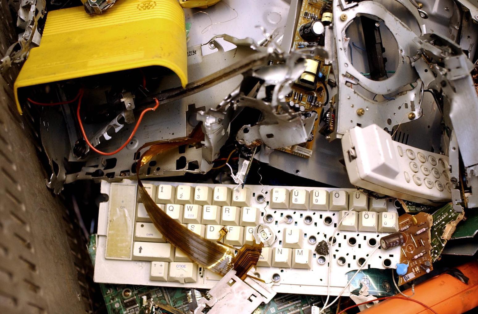 Budapest, 2008. szeptember 22. A szétszerelt elektronikai berendezéseket továbbhasznosításra elszállítják. Az FE-GROUP Zrt. 3 ezer tonna elektronikai hulladékot dolgoz fel évente kőbányai telephelyén. A cég a lakosságtól, áruházaktól, valamint szervizekből beérkező televíziók, számítógépek, hűtőszekrények bontását, valamint az alkatrészek szortírozását végzi. MTI Fotó: Balaton József