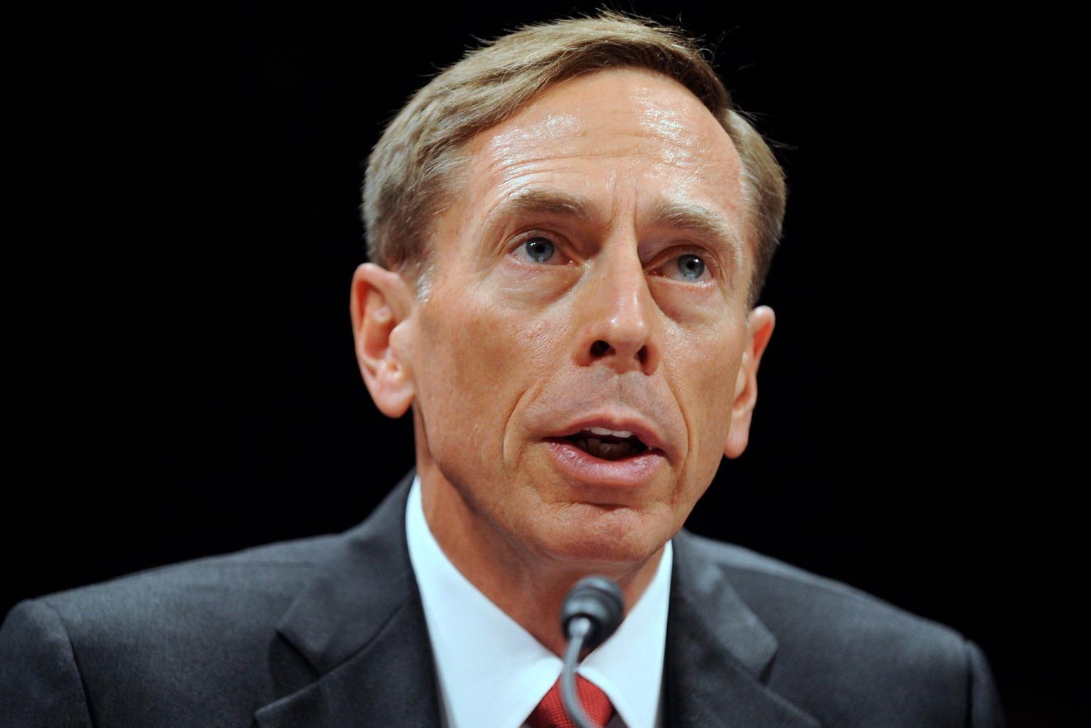 2011. szeptember 13-i képen David Petraeus, a Központi Hírszerző Ügynökség, a CIA igazgatója részt vesz a 2001-es terrortámadás 10. évfordulója alkalmából tartott szenátusi meghallgatáson Washingtonban. Petraeus november 9-én bejelentette, hogy egy házasságon kívüli viszony miatt lemond igazgatói megbízatásáról. (MTI/EPA/Michael Reynolds)