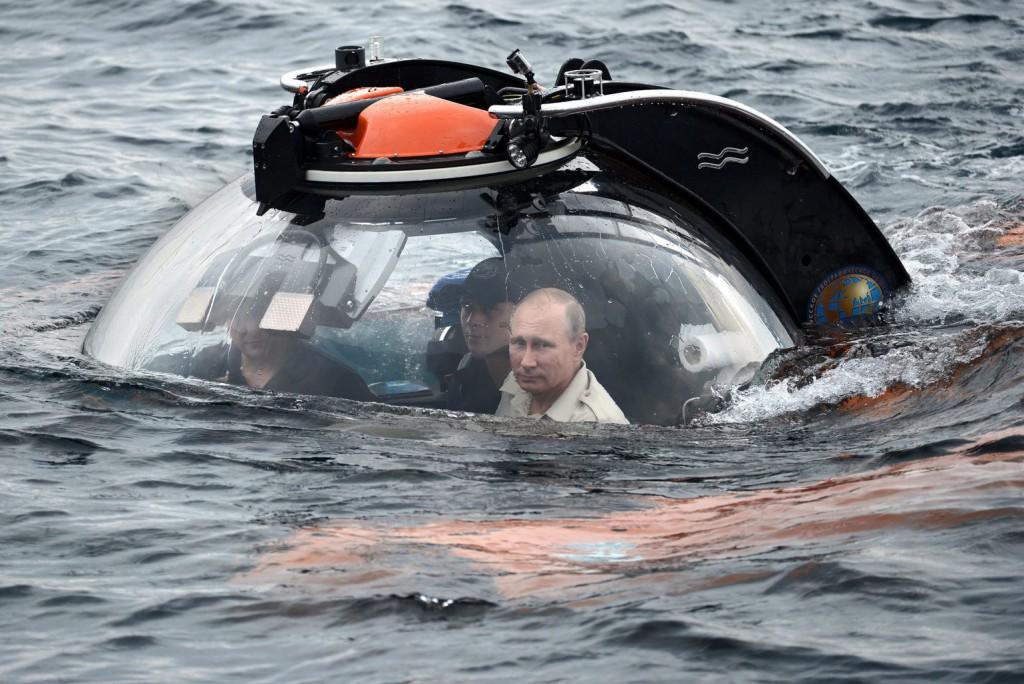 Vlagyimir Putyin orosz elnök egy búvárhajóban a krími Szevasztopol kikötővárosban. MTI/EPA/Pool/Ria Novosztyi/Kreml/Alekszej Nikolszkij