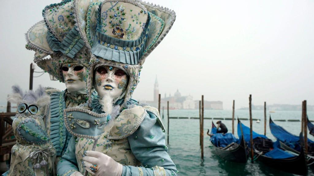 Velence, 2016. január 30. A velencei karnevál jelmezes résztvevői a Szent Márk tér közelében 2016. január 30-án. (MTI/EPA/Andrea Merola)