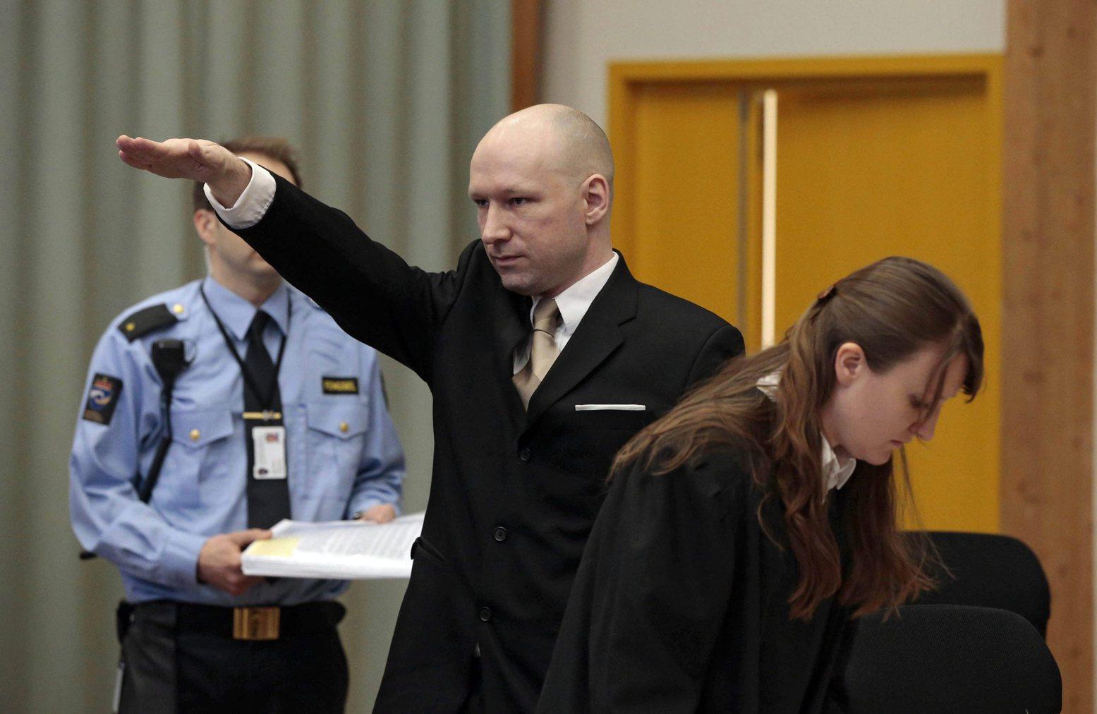 A 2011. július 22-i norvégiai terrortámadások miatt huszonegy éves börtönbüntetését töltő Anders Behring Breivik náci köszöntésre lendíti karját a skieni börtön bírósági tárgyalótermébe érkezve 2016. március 15-én. A hetvenhét embert lemészároló Breivik az emberi jogainak megsértése miatt indított pert a norvég állam ellen, és most tartják az első tárgyalást. (MTI/EPA/Lise Aserud)