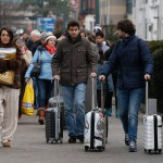Emberek távoznak a brüsszeli Zaventem nemzetközi repülőtérről, miután kettős robbantás történt 2016. március 22-én. (MTI/EPA/Laurent Dubrule)