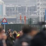A brüsszeli Zaventem nemzetközi repülőtér betört ablakai, miután kettős robbantás történt 2016. március 22-én. (MTI/EPA/Olivier Hoslet)