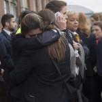 Két reptéri alkalmazott a brüsszeli Zaventem nemzetközi repülőtéren, miután kettős robbantás történt 2016. március 22-én. (MTI/EPA/Olivier Hoslet)