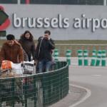 Utasok távoznak a brüsszeli Zaventem nemzetközi repülőtérről, miután kettős robbantás történt 2016. március 22-én. Legkevesebb huszonegy halálos áldozata van Brüsszelben a Zaventem nemzetközi repülőtéren és a Maelbeek metróállomáson történt reggeli robbantásoknak Pierre Meys, a belga főváros tűzoltóságának szóvivője szerint.(MTI/EPA/Laurent Dubrule)