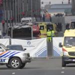 Rendőrök és mentősök a brüsszeli Maelbeek nevű metróállomáson, miután robbantás történt a helyszínen 2016. március 22-én. Legkevesebb huszonegy halálos áldozata van Brüsszelben a Zaventem nemzetközi repülőtéren és a metróállomáson történt reggeli robbantásoknak Pierre Meys, a belga főváros tűzoltóságának szóvivője szerint. (MTI/EPA/Olivier Hoslet)