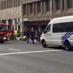 Sebesülteket látnak el a brüsszeli Maelbeek nevű metróállomásnál, miután robbantás történt a helyszínen 2016. március 22-én. Legkevesebb huszonegy halálos áldozata van Brüsszelben a Zaventem nemzetközi repülőtéren és a metróállomáson történt reggeli robbantásoknak Pierre Meys, a belga főváros tűzoltóságának szóvivője szerint. (MTI/EPA/Francesco Calledda)