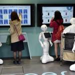 Látogatók a japán SoftBank távközlési konszern újonnan nyílt üzletében, ahol az általuk kifejlesztett humanoid robotok szolgálják ki a vásárlókat a tokiói Omotesando bevásárlóutcában 2016. március 24-én. Az üzletben tíz darab Pepper nevű robot alkotja a személyzetet. Pepper a világ első olyan robotja, amely képes az emberek érzelmi reakcióinak és a testbeszéd olvasására. Az üzlet és robotszemélyzete március 30-ig fogadja a vásárlókat. (MTI/EPA/Franck Robichon)