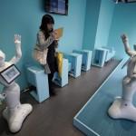 Egy látogató a japán SoftBank távközlési konszern újonnan nyílt üzletében, ahol az általuk kifejlesztett humanoid robotok szolgálják ki a vásárlókat a tokiói Omotesando bevásárlóutcában 2016. március 24-én. Az üzletben tíz darab Pepper nevű robot alkotja a személyzetet. Pepper a világ első olyan robotja, amely képes az emberek érzelmi reakcióinak és a testbeszéd olvasására. Az üzlet és robotszemélyzete március 30-ig fogadja a vásárlókat. (MTI/EPA/Franck Robichon)