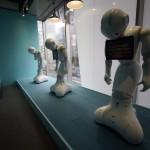 A japán SoftBank távközlési konszern által kifejlesztett humanoid robotok a cég újonnan nyílt üzletében, ahol ők szolgálják ki a vásárlókat a tokiói Omotesando bevásárlóutcában 2016. március 24-én. Az üzletben tíz darab Pepper nevű robot alkotja a személyzetet. Pepper a világ első olyan robotja, amely képes az emberek érzelmi reakcióinak és a testbeszéd olvasására. Az üzlet és robotszemélyzete március 30-ig fogadja a vásárlókat. (MTI/EPA/Franck Robichon)