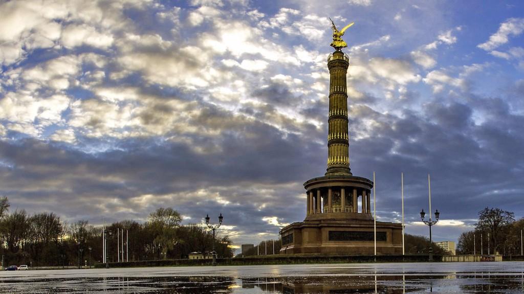 Berlin, 2016. március 30. Esőfelhők és a Győzelmi oszlop tükröződik a vízben német fővárosban, Berlinben 2016. márius 29-én. (MTI/EPA/Paul Zinken)