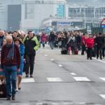 Utasok távoznak a brüsszeli Zaventem nemzetközi repülőtérről, miután kettős robbantás történt 2016. március 22-én. (MTI/AP/Geert Vanden Wijngaert)