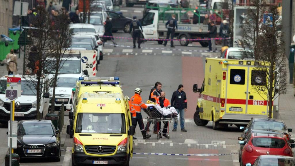 Brüsszel, 2016. március 22. Mentősök egy sebesültet visznek hordágyon a brüsszeli Maelbeek nevű metróállomáson, miután robbantás történt a helyszínen 2016. március 22-én. Legkevesebb huszonegy halálos áldozata van Brüsszelben a Zaventem nemzetközi repülőtéren és a metróállomáson történt reggeli robbantásoknak Pierre Meys, a belga főváros tűzoltóságának szóvivője szerint. (MTI/AP/Virginia Mayo)