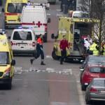 Mentősök egy sebesültet visznek hordágyon a brüsszeli Maelbeek nevű metróállomáson, miután robbantás történt a helyszínen 2016. március 22-én. Legkevesebb huszonegy halálos áldozata van Brüsszelben a Zaventem nemzetközi repülőtéren és a metróállomáson történt reggeli robbantásoknak Pierre Meys, a belga főváros tűzoltóságának szóvivője szerint. (MTI/AP/Virginia Mayo)
