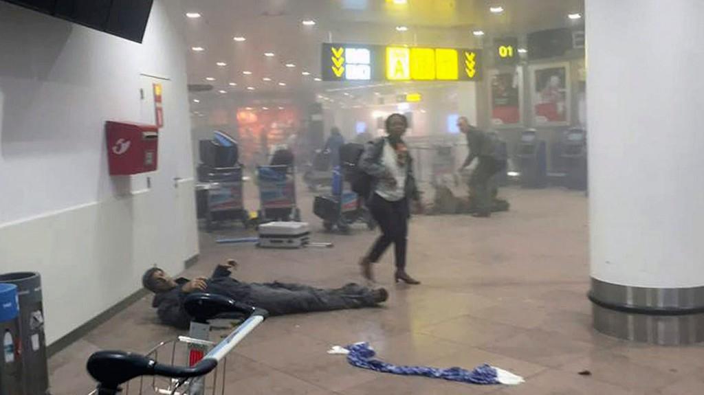 Brüsszel, 2016. március 22. A grúz közszolgálati média által közreadott és Ketevan Kardava által készített kép egy sebesült férfiről a brüsszeli Zaventem nemzetközi repülőtéren, miután kettős robbantás történt 2016. március 22-én. Tizenegyen életüket vesztették és 81-en megsebesültek a reptéri öngyilkos merényletben, valamint tizenöt halottja és 55 sebesültje van a brüsszeli Maelbeek metróállomásnál történt robbantásnak. (MTI/AP/Grúz közszolgálati média/Ketevan Kardava)