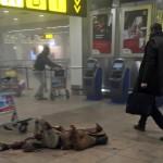 A grúz közszolgálati média által közreadott és Ketevan Kardava által készített kép egy sebesült férfiről a brüsszeli Zaventem nemzetközi repülőtéren, miután kettős robbantás történt 2016. március 22-én. Tizenegyen életüket vesztették és 81-en megsebesültek a reptéri öngyilkos merényletben, valamint tizenöt halottja és 55 sebesültje van a brüsszeli Maelbeek metróállomásnál történt robbantásnak. (MTI/AP/Grúz közszolgálati média/Ketevan Kardava)