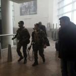 A grúz közszolgálati média által közreadott és Ketevan Kardava által készített képen a biztonsági szolgálat tagjai érkeznek a brüsszeli Zaventem nemzetközi repülőtérre, miután kettős robbantás történt 2016. március 22-én. Tizenegyen életüket vesztették és 81-en megsebesültek a reptéri öngyilkos merényletben, valamint tizenöt halottja és 55 sebesültje van a brüsszeli Maelbeek metróállomásnál történt robbantásnak. (MTI/AP/Grúz közszolgálati média/Ketevan Kardava)