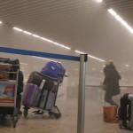Ralph Usbeck által közreadott kép egy menekülő turistáról a füsstel teli brüsszeli Zaventem nemzetközi repülőtéren, miután kettős robbantás történt 2016. március 22-én. Tizenegyen életüket vesztették és 81-en megsebesültek a reptéri öngyilkos merényletben, valamint tizenöt halottja és 55 sebesültje van a brüsszeli Maelbeek metróállomásnál történt robbantásnak. (MTI/AP/Ralph Usbeck)