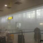 Ralph Usbeck által közreadott kép földön fekvő turistákról a füsstel teli brüsszeli Zaventem nemzetközi repülőtéren, miután kettős robbantás történt 2016. március 22-én. Tizenegyen életüket vesztették és 81-en megsebesültek a reptéri öngyilkos merényletben, valamint tizenöt halottja és 55 sebesültje van a brüsszeli Maelbeek metróállomásnál történt robbantásnak. (MTI/AP/Ralph Usbeck)
