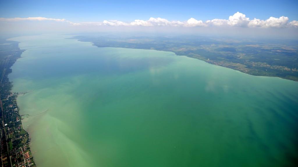 A Balaton látképe 2000 méter magasból Balatonszemes felett. MTI Fotó: H. Szabó Sándor
