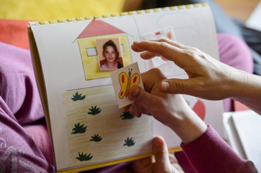 Egy halmozottan sérült, autisztikus tünetekkel élő kislány játszik az édesanyjával otthonukban, Karancskesziben. MTI Fotó: Komka Péter
