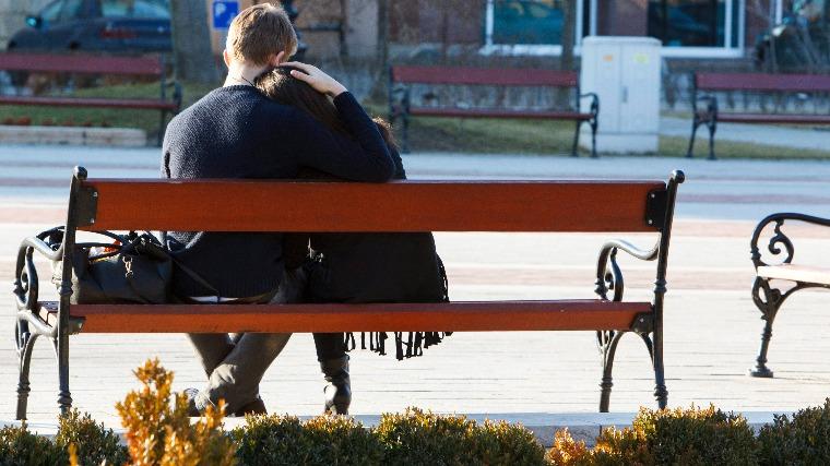 Nagykanizsa, 2016. január 28. Egy pár ül a padon a tavaszias napsütésben az Erzsébet téren, Nagykanizsán 2016. január 28-án. Kora délután 15 Celsius-fok volt a levegő hőmérséklete. MTI Fotó: Varga György