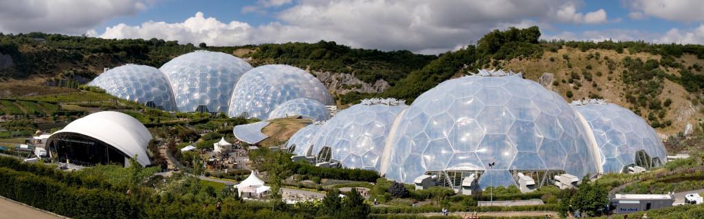 Panoráma kép a cornwalli Eden Projectről. Fotó: Wikimedia Commons