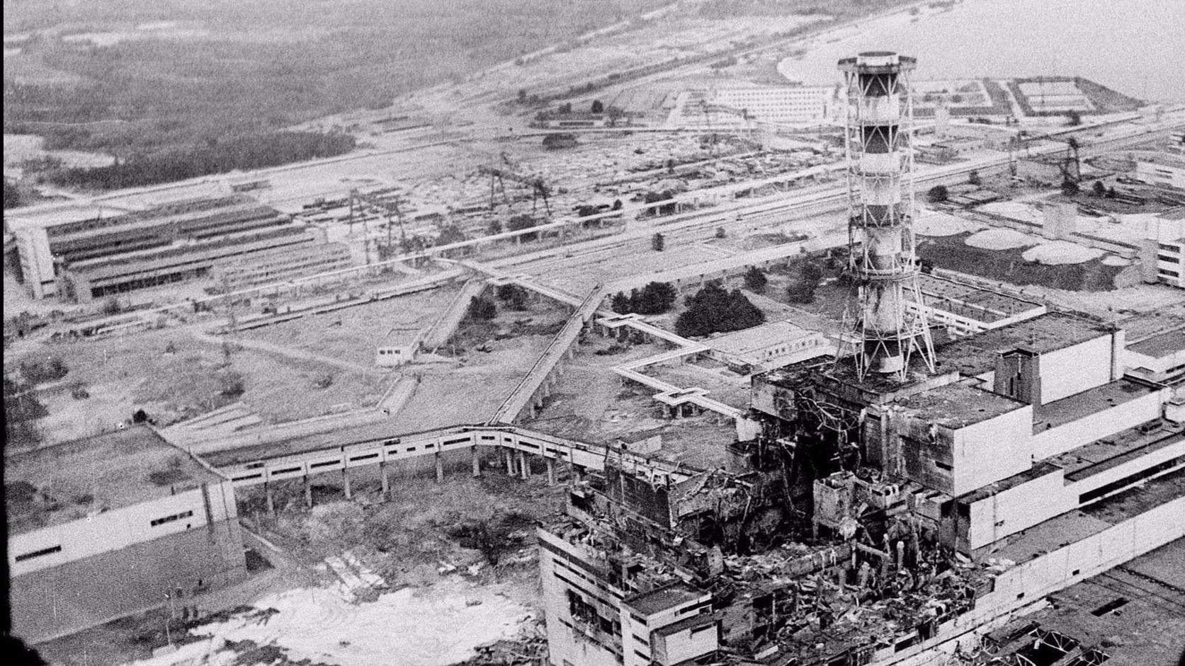 1986-ban, néhány nappal  a katasztrófa után készült légifelvétel a csernobili atomerőműről. Az 1986. április 26-i, a világ eddigi legsúlyosabb katasztrófája a reaktor 4-es blokkjának felrobbanása  volt, melynek következtében  32 ember a helyszínen szörnyethalt, a radioaktiv sugárzás pedig életveszélyesen megnőtt a térségben. MTI FOTÓ