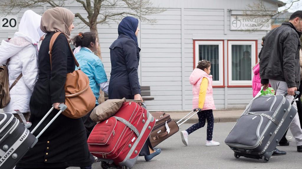 Friedland, 2016. április 4. Szíriai menekültek érkeznek a friedlandi fogadóállomásra a közép-németországi Göttingen közelében 2016. április 4-én. Ettől a naptól fogva az Európai Unió és Törökország között március 18-án megkötött megállapodás értelmében a görög hatóságok által elutasított menedékkérőket és a menedékjogi kérelem benyújtásától elzárkózó illegális határátlépőket visszaküldik Törökországba, az EU-tagországok cserébe átvesznek Törökországtól ugyanannyi szíriai menekültet, amennyit a görög szigetekről visszaszállítanak Törökországba. (MTI/EPA/Swen Pförtner)