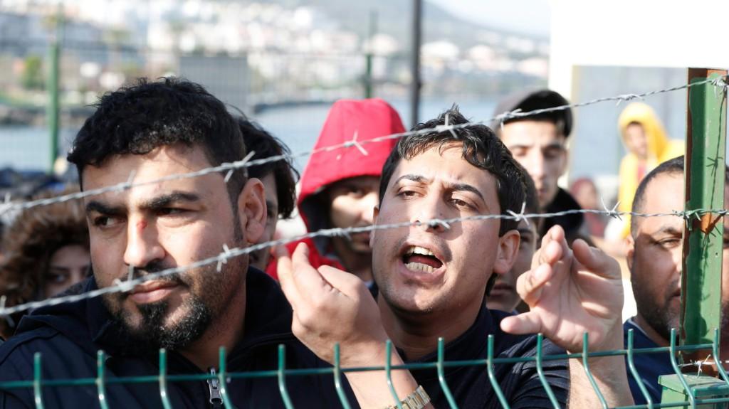 Dikili, 2016. április 6. A török parti őrség által Izmir partjainál elfogott illegális bevándorlók, mielőtt továbbszállítják őket egy migránstáborba a nyugat-törökországi Dikili kikötőjében 2016. április 6-án. Az Európai Unió és a török kormány között március 18-án létrejött menekültügyi megállapodás értelmében két nappal korábban megkezdődött a görög hatóságok által elutasított menedékkérők és a menedékjogi kérelem benyújtásától elzárkózó illegális határátlépők visszaküldése Törökországba. (MTI/EPA/Tolga Bozoglu)